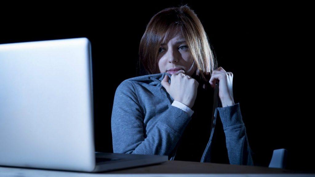 Yapılan güncel bir araştırma, İngiltere'de sanal taciz sorununun özellikle yetişkin insanlar arasında oldukça yaygın olduğunu kanıtlıyor.